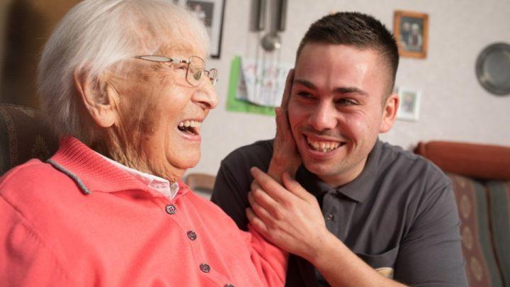 Der 27-jährige Keven Fiekens ist Pflegefachkraft aus Überzeugung. Er kümmert sich unter anderem um Luise Göbel (92) aus Bad Driburg.
